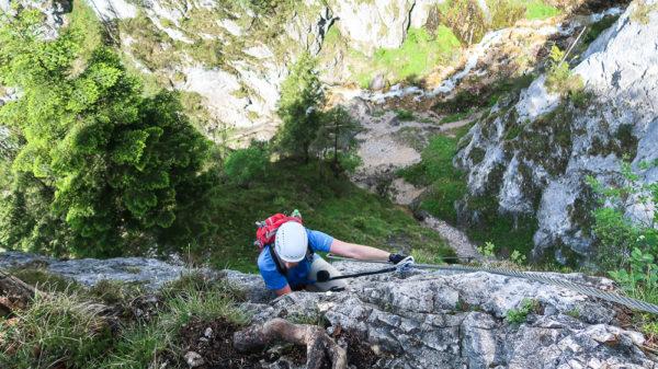 Zusammen mutig sein beim Klettern stärkt die Bindung