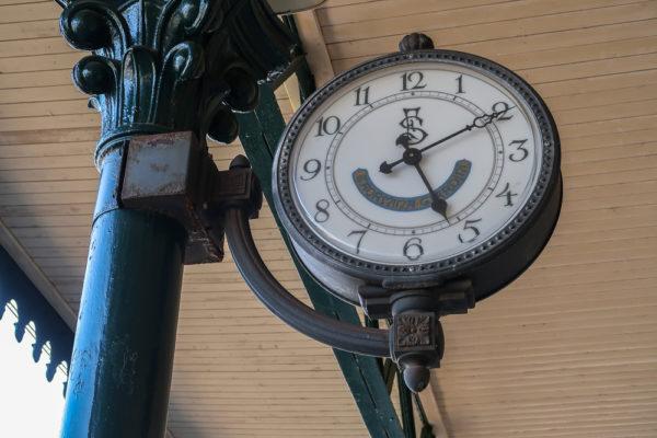 Zeitmanagement - Blick auf die Uhr